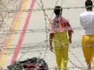 """حاج مغربي يبكي فرحاً رغم إصابته بـ""""شلل"""" أثناء شعائر الحج"""